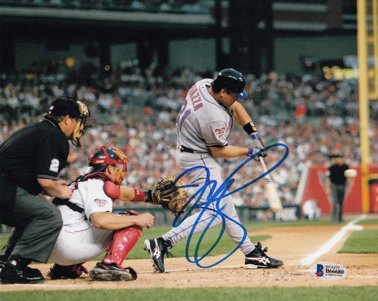 Mike Piazza Signed New York Mets 8x10 Photo (Beckett COA)
